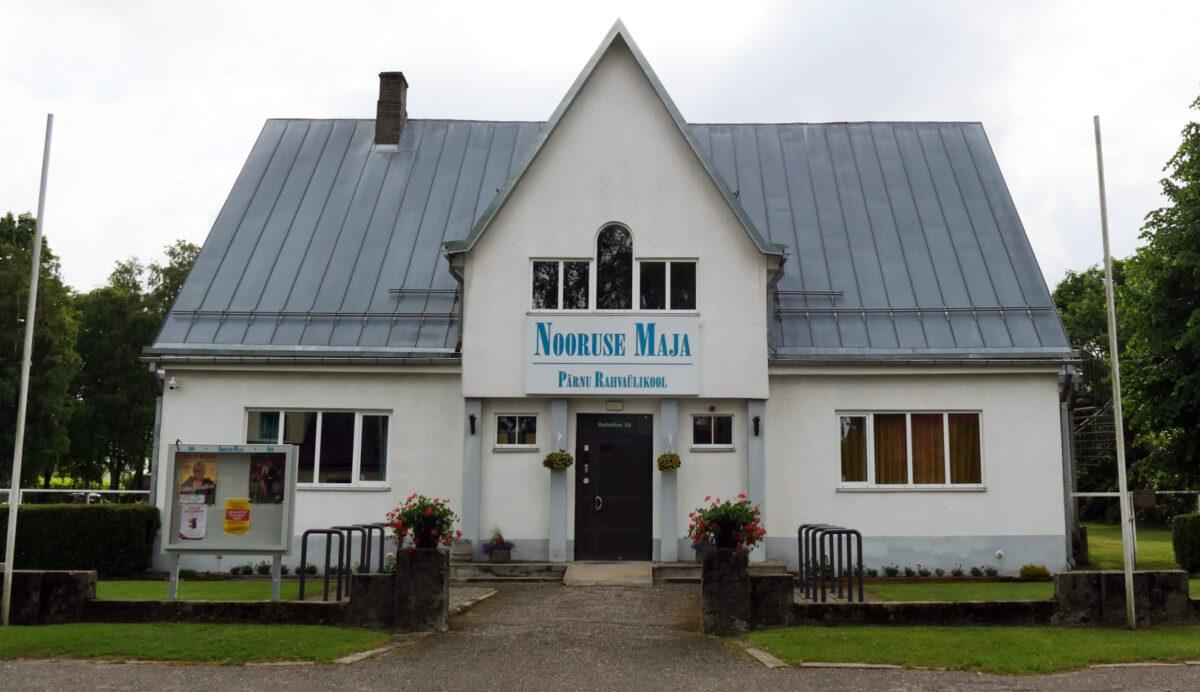 Pärnu Rahvaülikool tänava poolt